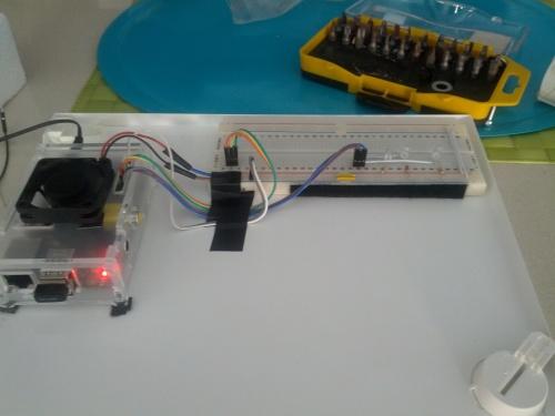 Colocando la RBPI y la protoboard en la compuerta del cuadro eléctrico.